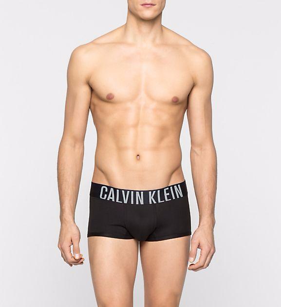 Naprostá klasika v pánském spodním prádle od značky Calvin Klein jsou černé boxerky s černou gumou